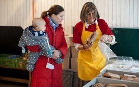 Le+O = Nachhaltige Unterstützung für armutsbetroffene Haushalte. Das Projekt Lebensmittel und Orientierung (Le+O) wurde 2009 von Wiener Pfarren ins Leben gerufen. Die Asperner Pfarre ist einer der LE+O Standorte. Unter anderem liefert die Gärtnerei Kalch überschüssige Lebensmittel an LE+O. Mehr Informationen auf:  http://pfarre.aspern.at/Angebote/Caritas/leo.php http://www.caritas-leo.at/