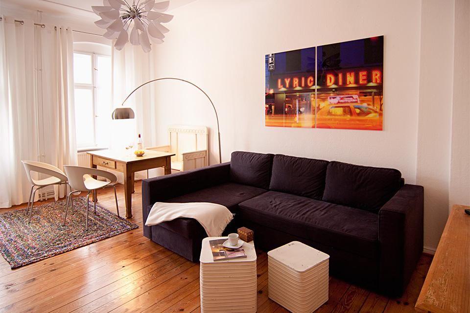 Schönes Wohnzimmer mit Holzdielen und Essbereich 2-Zimmerwohnung in