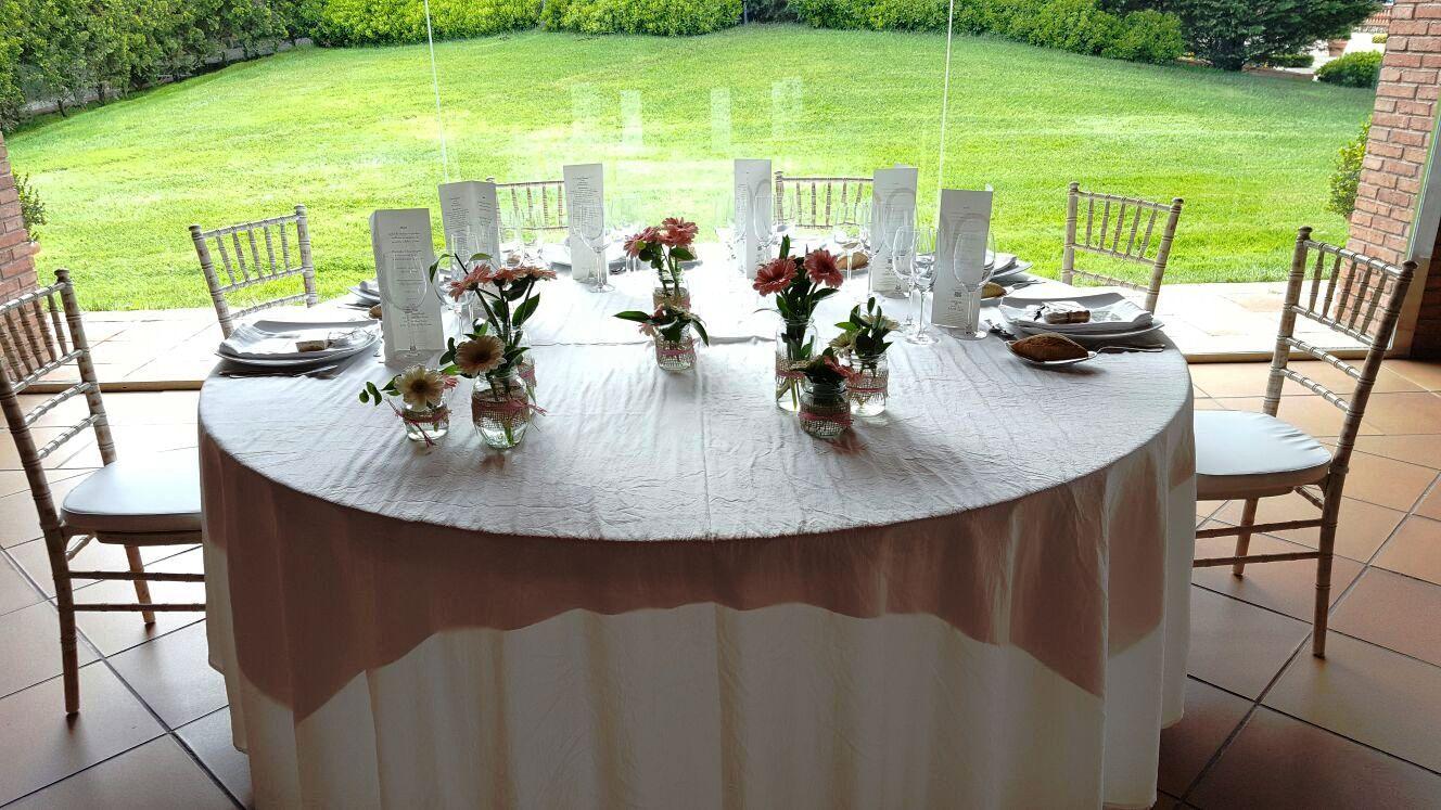 manteles blancos decoracin con toques de rosa cuarzo sillas tiffany