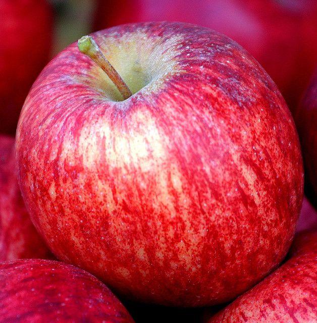 Las manzana actuan como cepillos de dientes naturales, ya que el ácido de las manzanas mata las bacterias y el simple acto de morder una manzana puede ayudar a eliminar la placa.