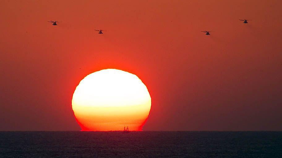 Amir Cohen/Reuters - Helicópteros militares sobrevoam o mar Mediterrâneo em frente ao porto de Ashdod em Israel.Foto:Amir Cohen/Reuters