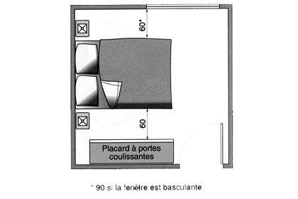 Une chambre avec un placard coulissant et une fenêtre coulissante