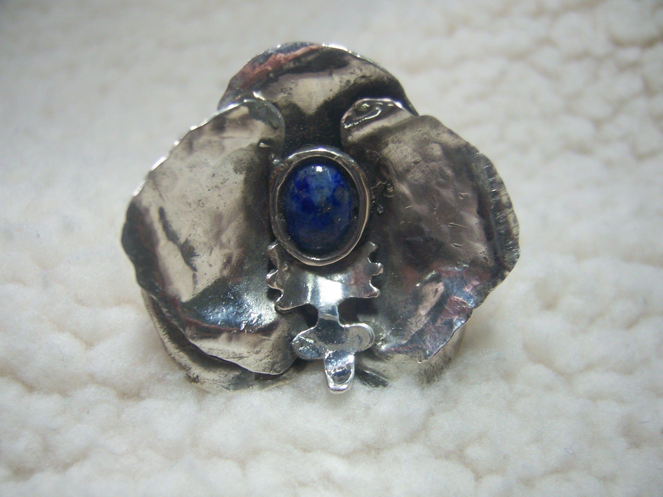 Anillo de plata con lapis lazuli.