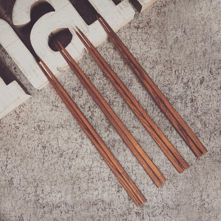 무늬결이 아름다운 물푸레나무 원목 옻칠 젓가락🌿 #arijian #woodenchopsticks #woodenwork #handcrafted #ash #ashtree #lacquerware #diningtabledecor #chopsticks #tableware #cutlery #gift #woodenwork #ilovewood #woodworking #tablesetting #아리지안 #옻칠 #젓가락 #공예 #물푸레나무 #원목 #테이블웨어 #옻칠공예