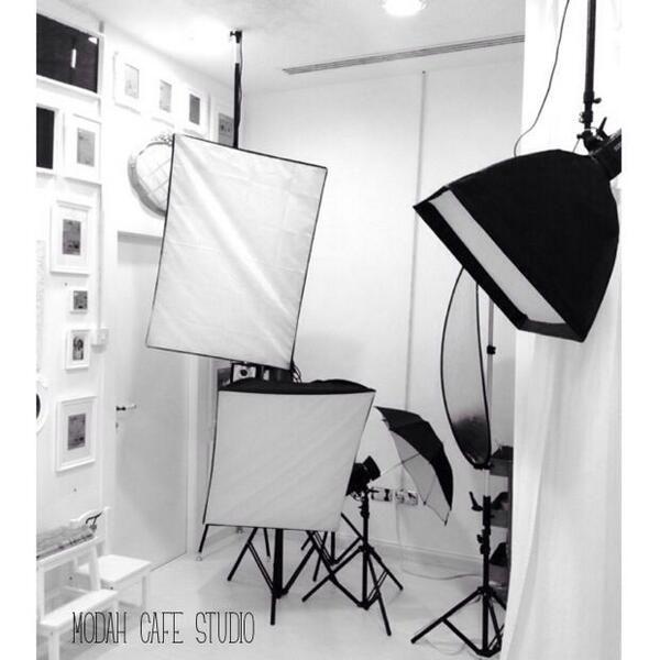 لحجز موعد تصوير مع مصورات موضه كافيه يرجاء التواصل معنا من الساعه ٤ ١٠ يوميا ماعدا الجمعة Www Modahcafe Com Butterfly Chair Home Decor Furniture