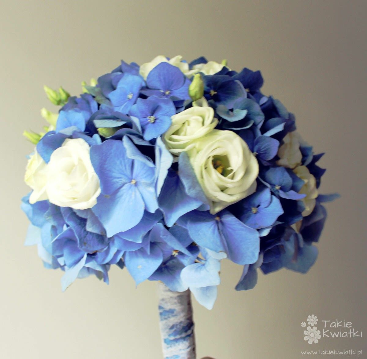 Blue hydrangea white lisianthus white spray roses for Flower sprays for weddings