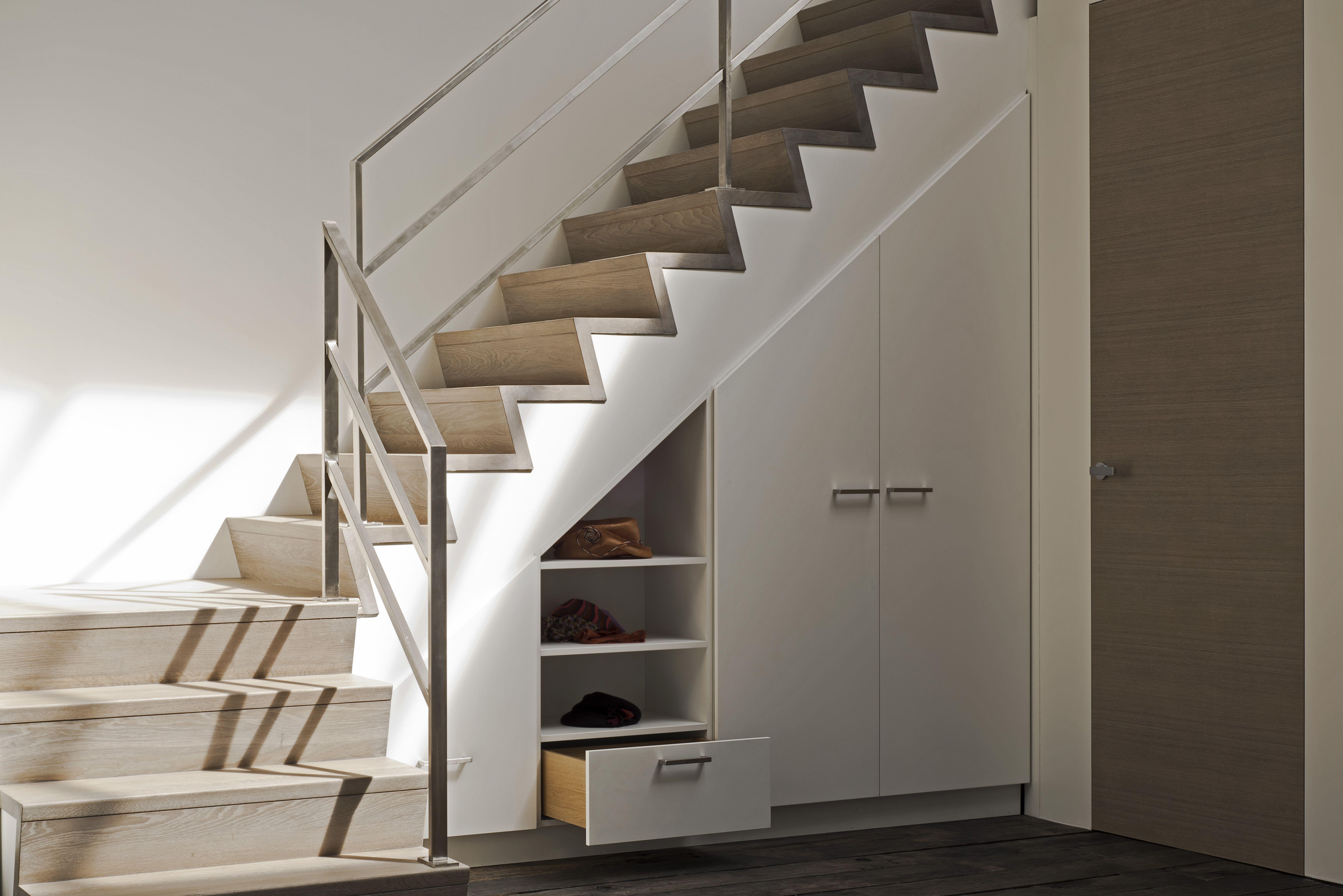 armoire moderne conome en place sous escalier entree. Black Bedroom Furniture Sets. Home Design Ideas