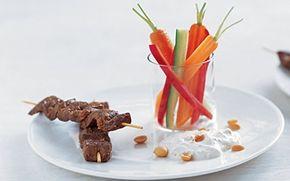 Oksesatay med peanutdressing Satay kender vi fra Thailand og er små lækre spyd af marineret, grillet kød serveret med en sauce.