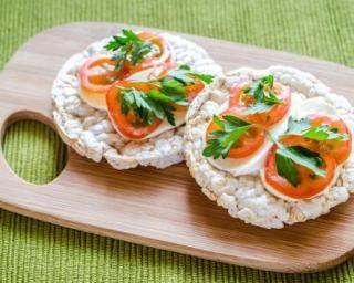 Recette de Galette de riz tomate-mozzarella en tartine