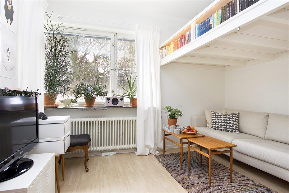 Small swedish studio apartment elegantly combines loft bed and book shelves studio apartment - Bed kind met mezzanine kantoor ...