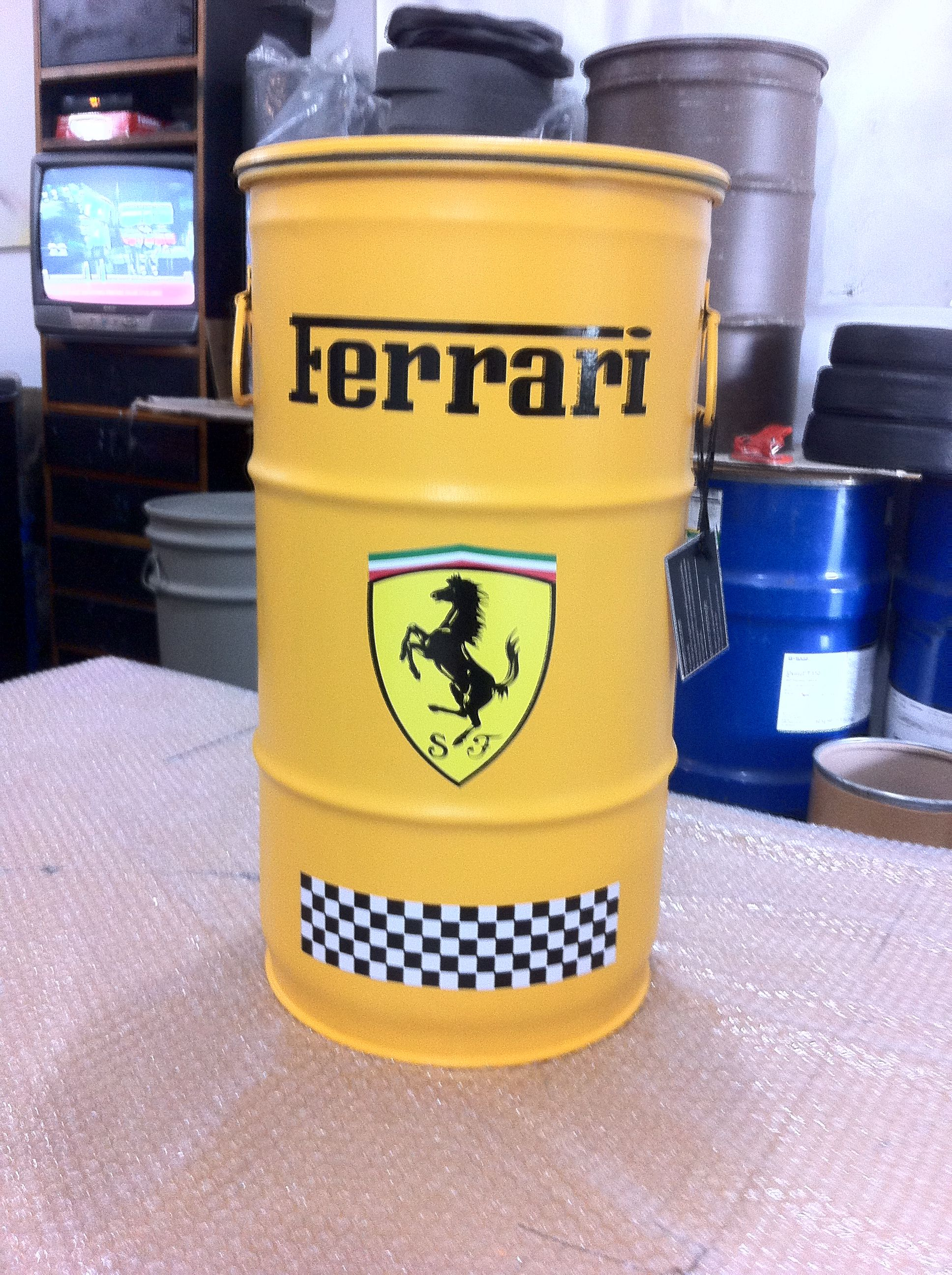 Ferrari ( Amarelo) - Tampa removível e alças. P | BARRIL, LATAS ...