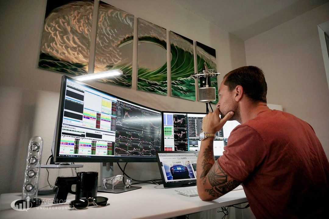 Trading Desks And Monitors From 24 Top Traders In 2020 Trading Desk Desk Cool Office Desk