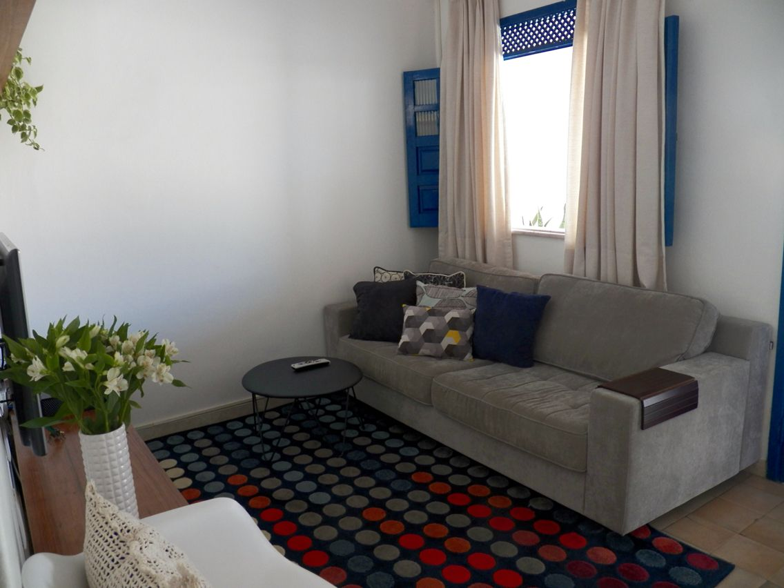 Sala de tv tapete colorido janela azul sof cinza e - Sofa azul turquesa ...