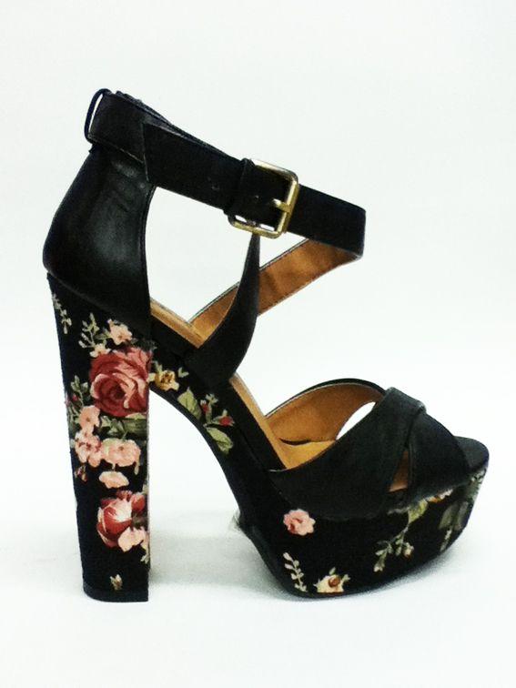 AGOTADOS. Sandalias florales con tacón cuadrado