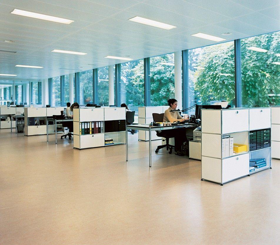 USM Haller Großraumbüro; modulare Büromöbel; Raumteiler ...