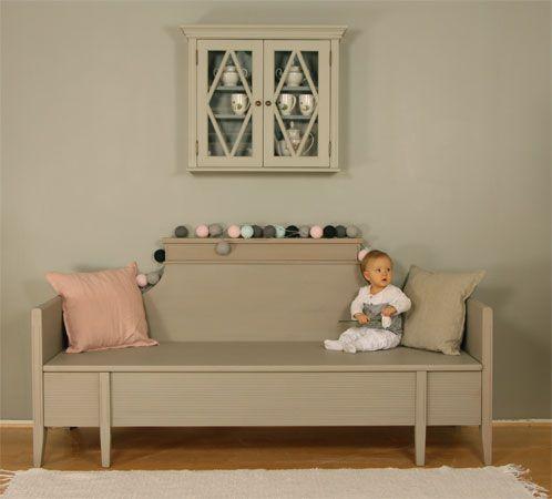 JUVIn sivustavedettävä puusohva harmaaksi maalattuna maitomaaleilla. -  Wooden sofa designed by JUVI is painted with milkpaint.