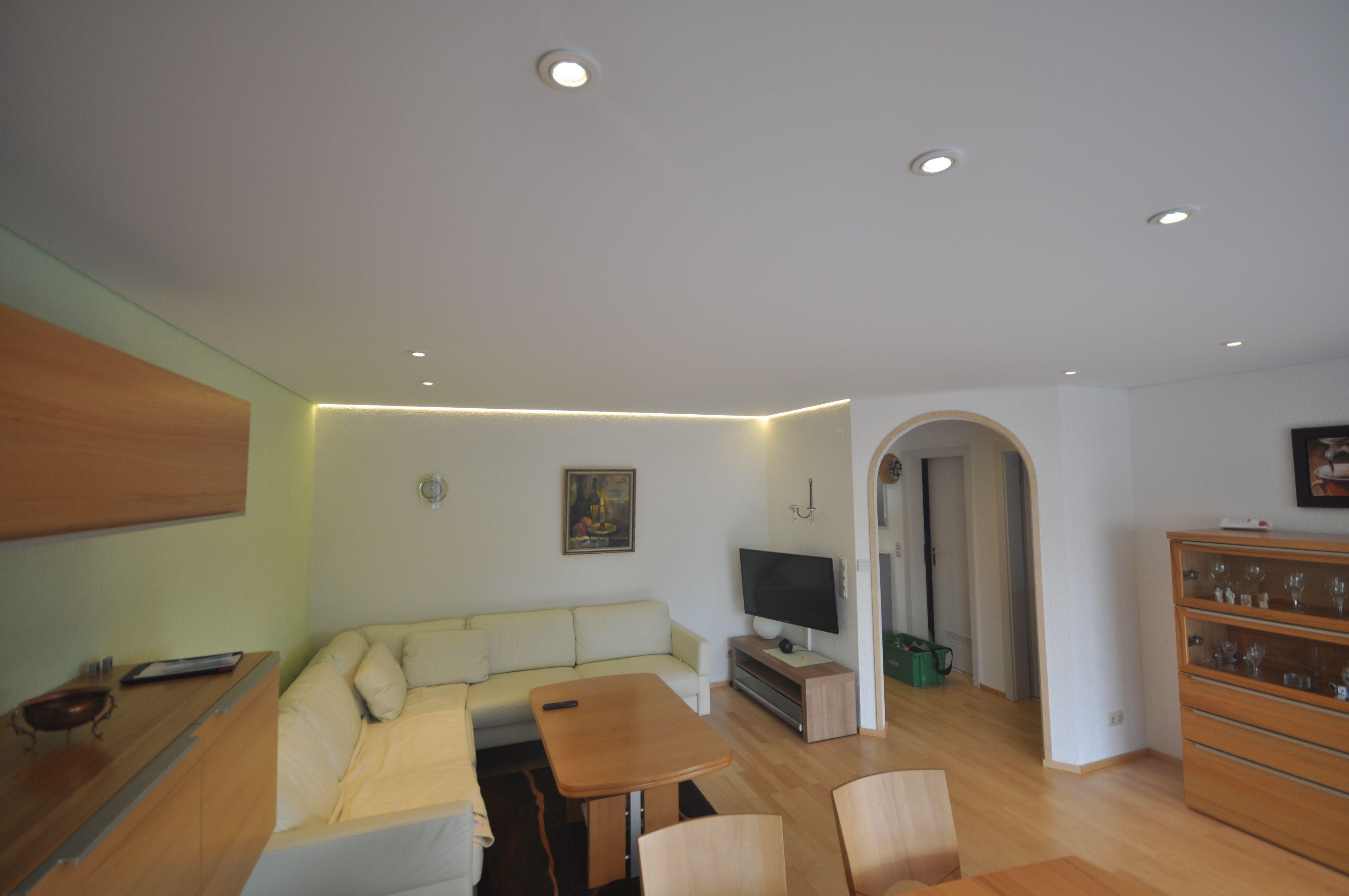 matt weiße spanndecke im wohnzimmer mit einbaustrahlern #wohnzimmer
