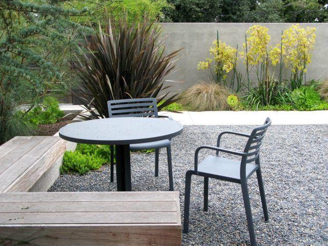 garten sitzecke gestalten mit kies und schotter holz sitzbank und metallst hle front garden. Black Bedroom Furniture Sets. Home Design Ideas