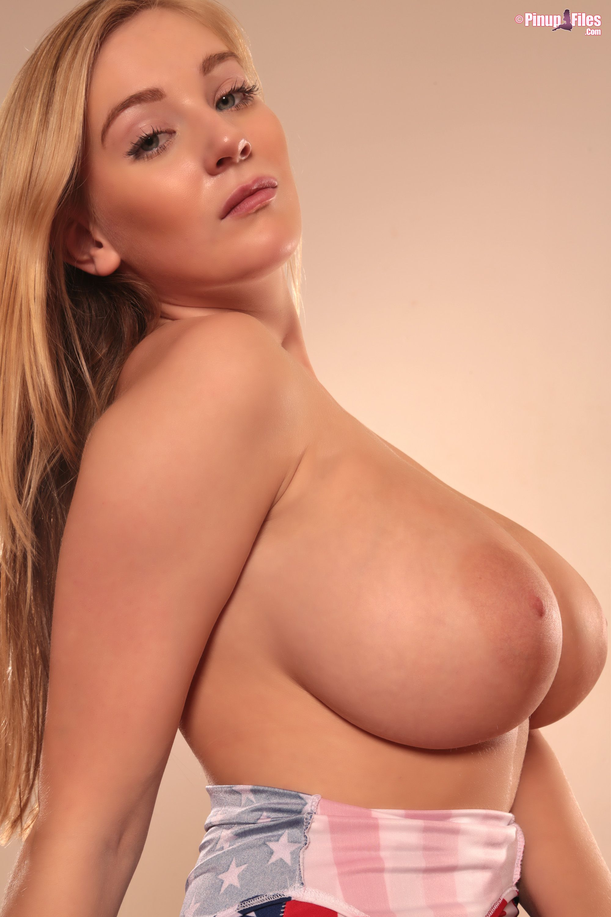 32 ee boobs nude