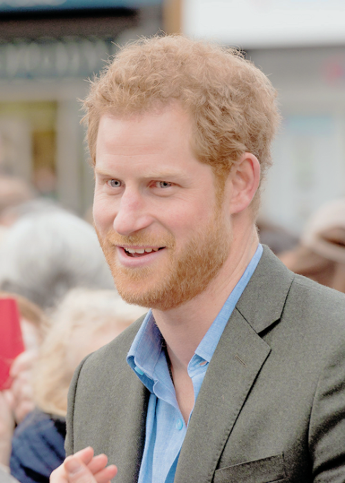 February 1st 2017 | A collection of non professional pictures of Prince Harry during his engagements with Full Effect and Coach Core in Nottingham. (500×700)