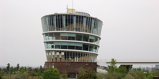 潟博物館(がた)(青木淳)(新潟県豊栄市)は、螺旋(らせん)状の動線空間で構成された博物館であり、周囲の自然観察と展望が可能な施設である。 |  建築物, 建築史, 現代建築