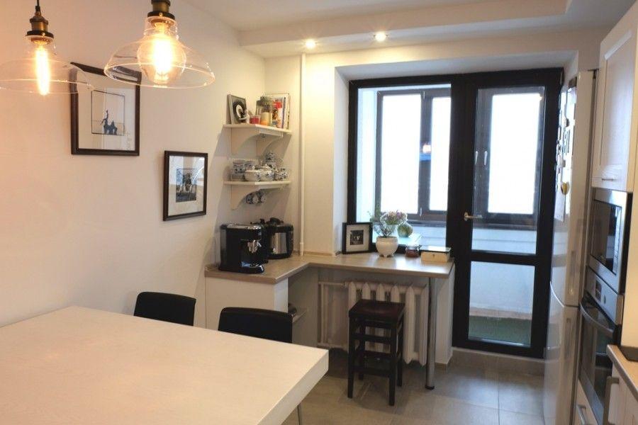 Белая классическая кухня 10 кв.м. с выходом на балкон (9 ...
