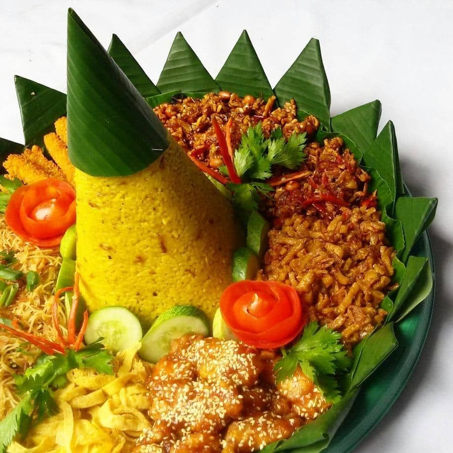 Nasi Tumpeng Yang Identik Sebagai Makanan Utama Di Sebuah Perayaan Juga Seringkali Dilombakan Di Acara Kemerdekaa Resep Masakan Sehat Masakan Indonesia Masakan