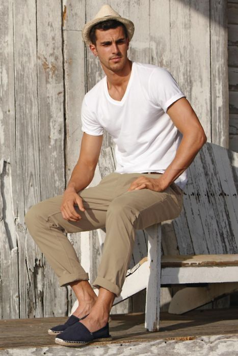 2aec394031 White T-Shirt With Camel Chinos   Hat For men - Classy Summer Outfit