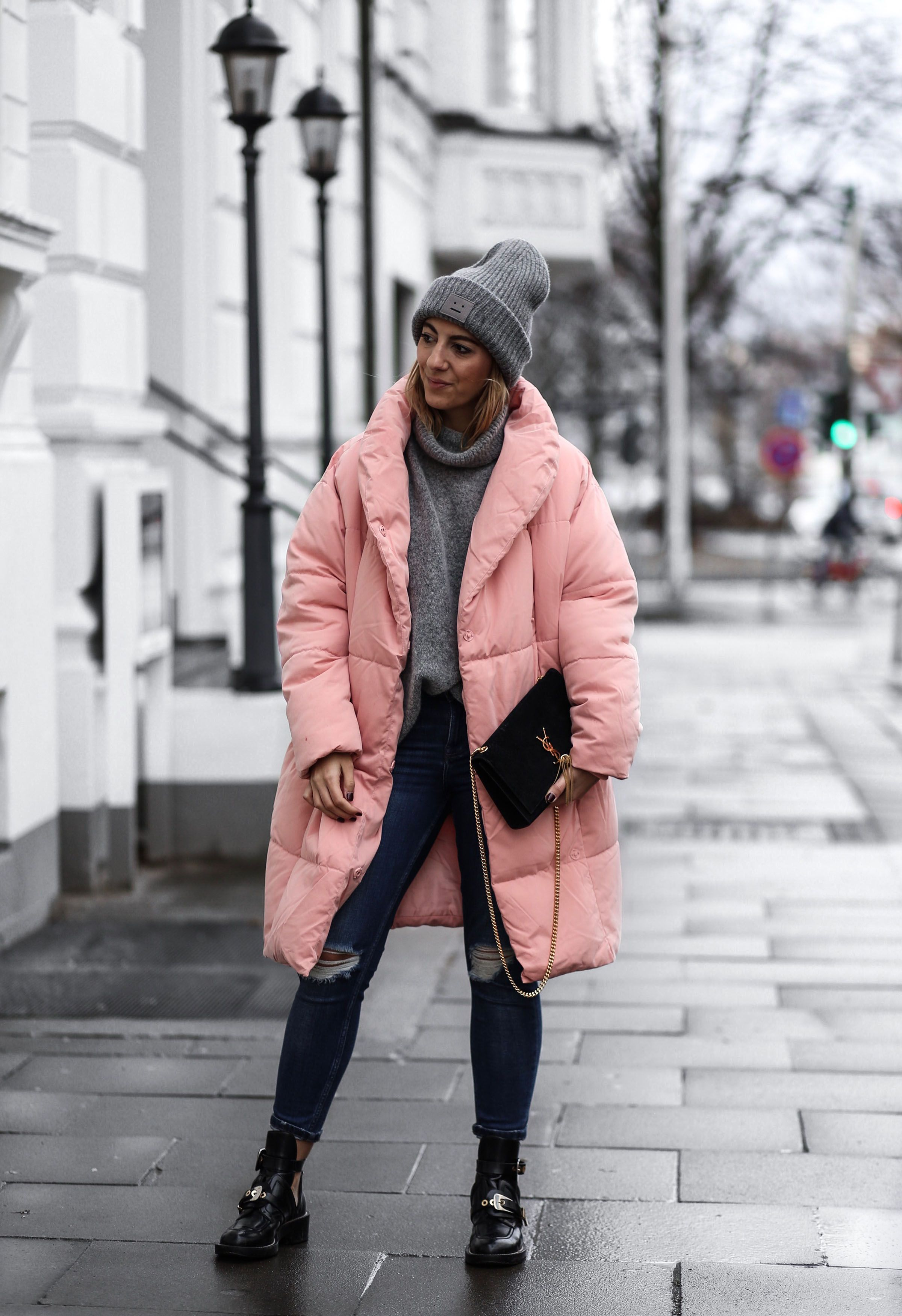 ENG:My preference for rose colored pieces of clothing has reached a new dimension with this dreamful quilted coat. As…