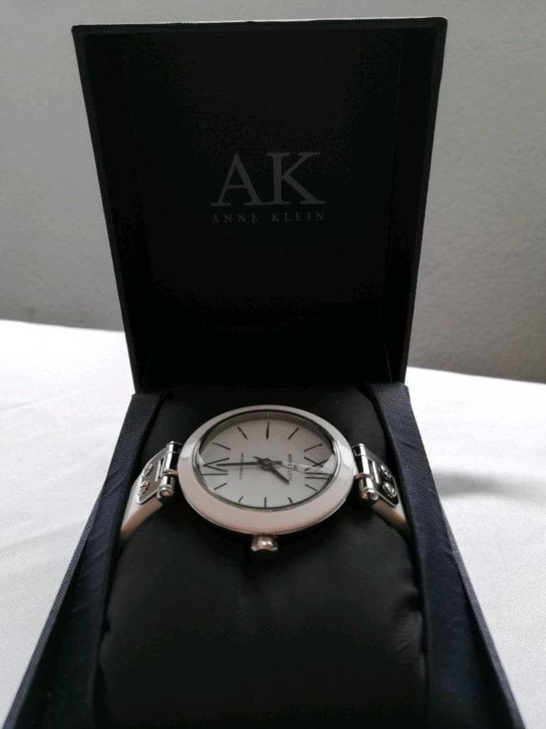 6555974c23b5 El reloj Anne Klein infalible para tu outfit. | relojes que vas a ...