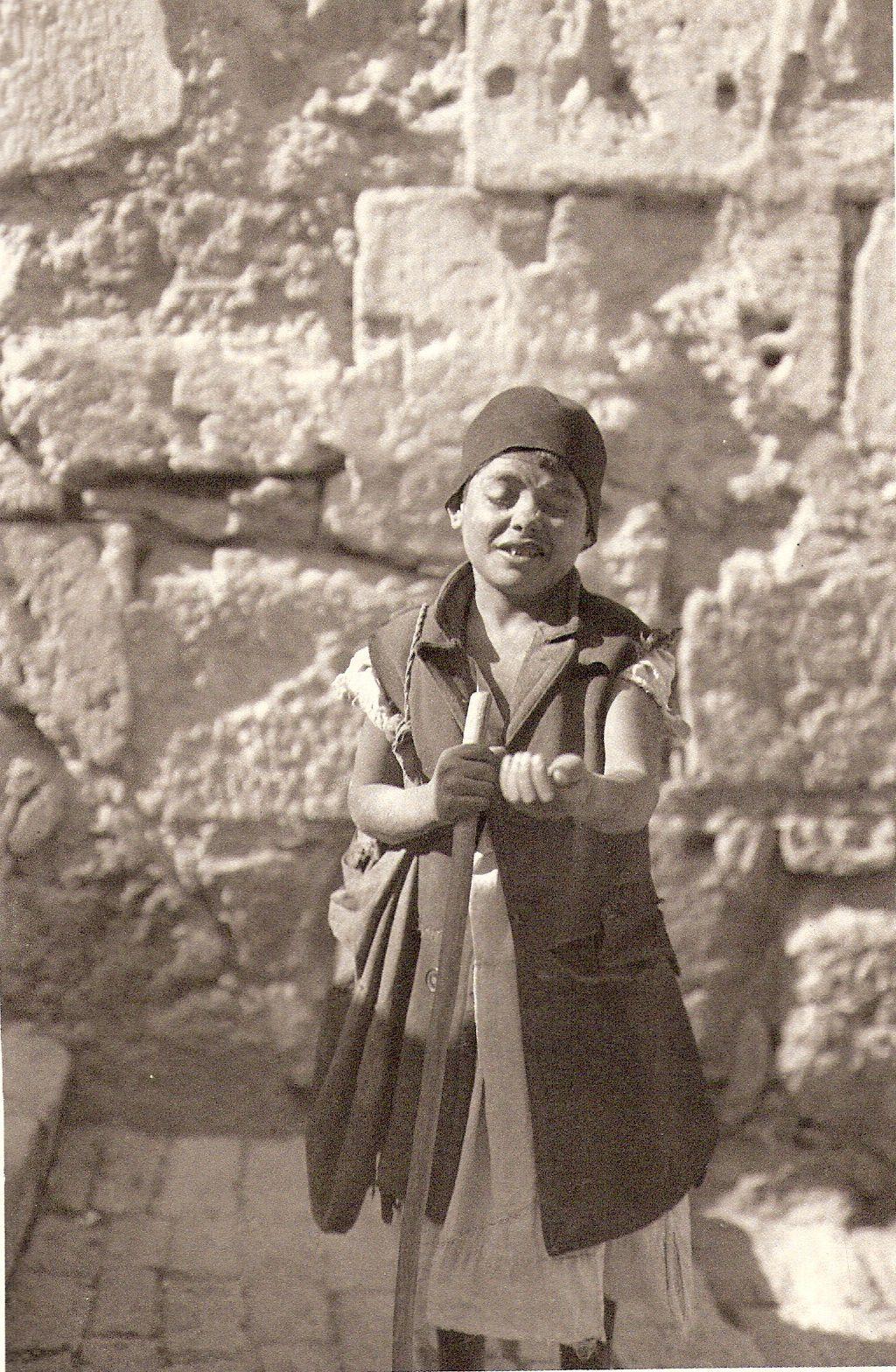 Beggar_boy_Jerusalem_1925.jpg (Изображение JPEG, 1024×1568 пикселов)