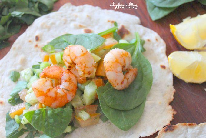 Ihr braucht:  Tortilla (ergibt ca. 6-7 Tortillas je dünner ihr sie ausrollt desto besser)  100 gr. Mehl,  Etwas Salz (1 Prise)  10 ml. Öl  50-60 ml. Lauwarmes Wasser    Salsa:  2 Tomaten  ½ große Gurke  3 Frühlingszwiebeln  ½ Zwiebel  1 Knoblauchzehe  Salz, Pfeffer, Chiliflocken, etwas Öl (so 1 EL)    Füllung: Shrimps/Zitrone, Tunfisch, Hackfleisch oder Hähnchenfleisch – jeder was er mag  Wer mag: Kräuterjogurt