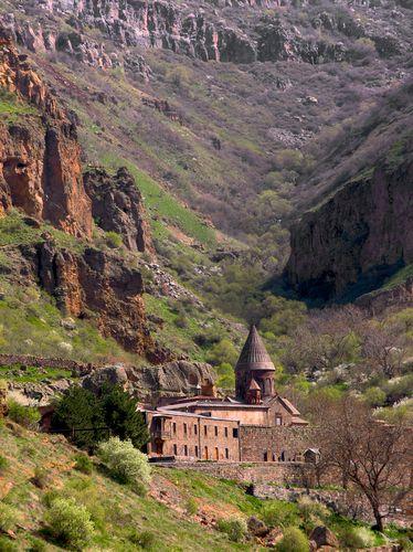 Monasterio de Geghard y el Valle del Alto Azat, Armenia. Patrimonio de la Humanidad por la UNESCO.- El monasterio de Geghard es una construcción arquitectónica única en la provincia de Kotayk en Armenia, parcialmente excavada en la montaña adyacente, rodeada por acantilados