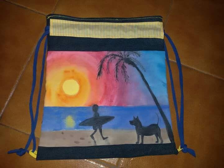 Mochila hecha con telas recicladas y pintada a mano. Álvaro, Tinguaro y el surf
