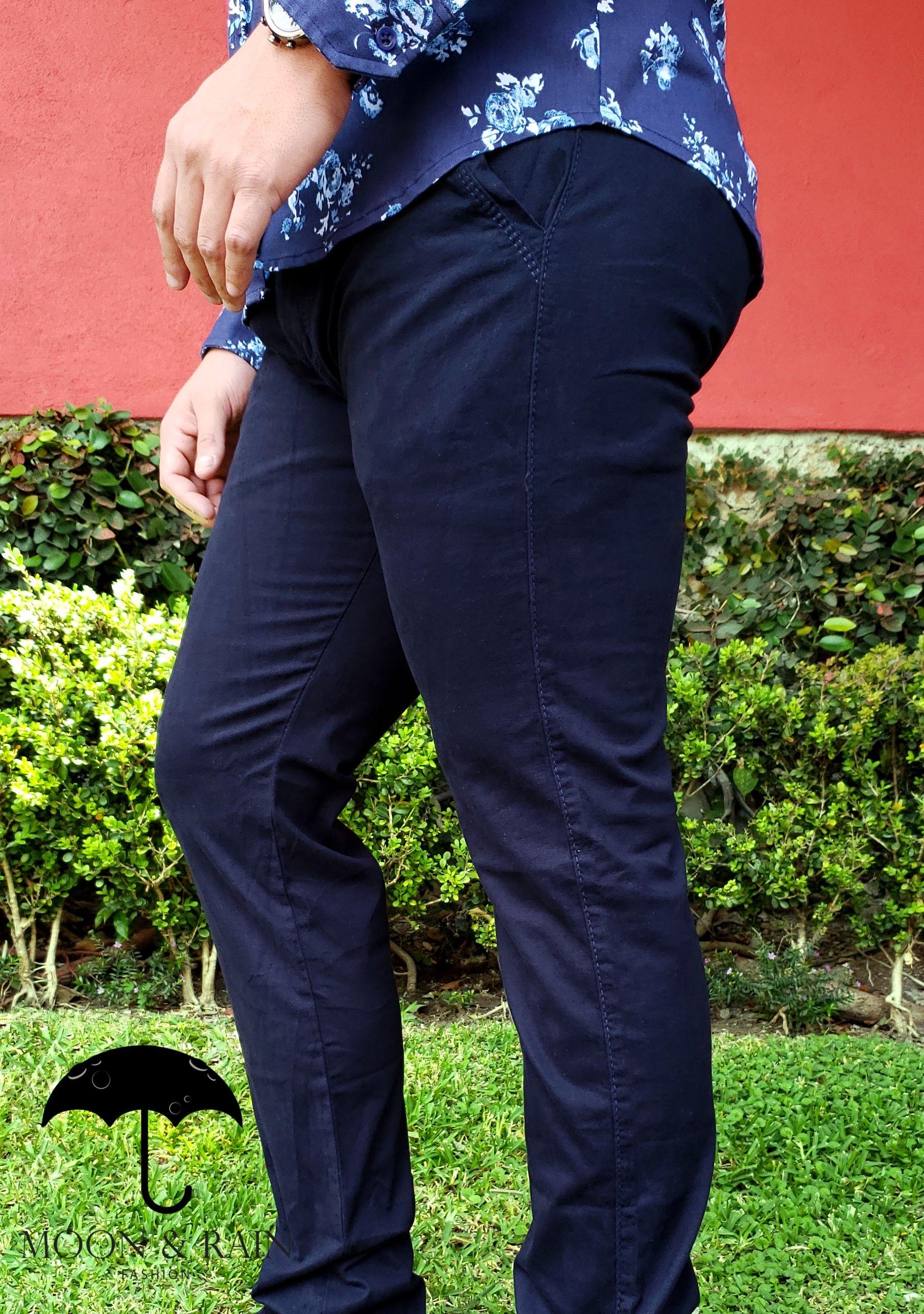 Outfit Para Hombre Pantalon Skinny De Gabardina Azul Marino Tenis Blancos Disenos De La Marca Ropa Casual Hombre Maduro Ropa Casual Hombres Ropa De Hombre