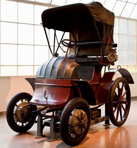 In 1898 The 23 Year Old Ferdinand Porsche Built His First Car The Lohner Electric Chaise The World S First Front Wheel Drive V Cars Classic Cars Antique Cars