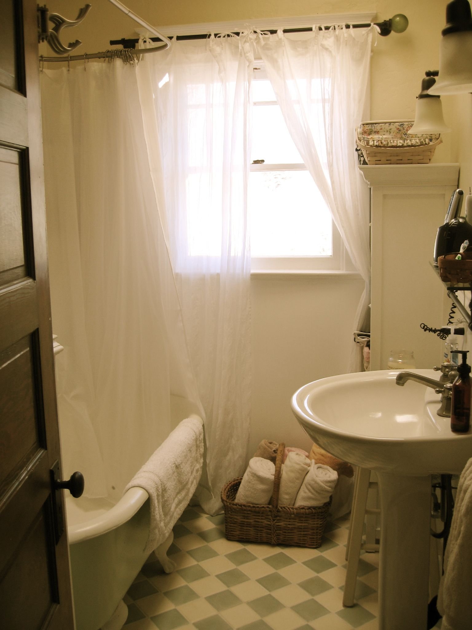 Pin by Kate on période | Pinterest | Clawfoot tub shower, Shower ...