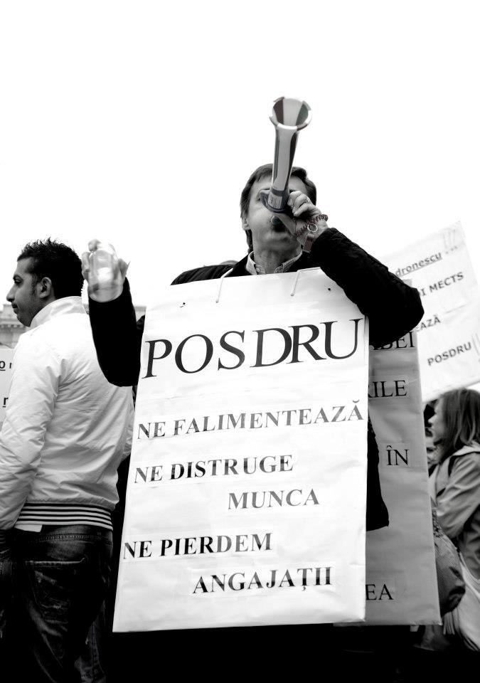 Cu cuţitul ajuns până la os, 300 de reprezentanţi ai organizaţiilor neguvernamentale au ieşit în stradă… Pentru cei care nu au urmărit odiseea lor, vă spun doar că sunt ong-urile care au obţinut bani europeni dar banii au rămas doar pe hârtie.  Continuare, aici: http://www.stelian-tanase.ro/zona-libera/cand-lumea-iese-in-strada-de-lea-berzuc/ (foto: Cristiana Bobarnac)
