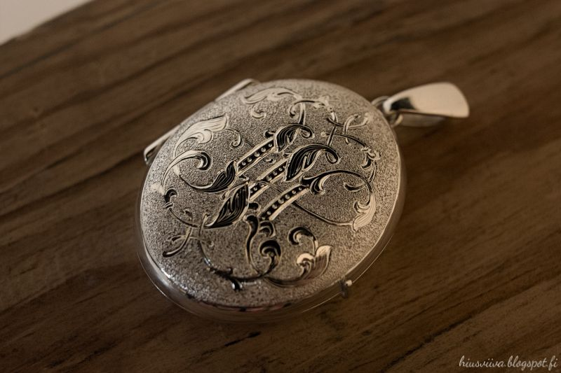 Kaiverrettu JH monogrammi medaljongin kannessa. - Engraved sterling silver locket necklace.