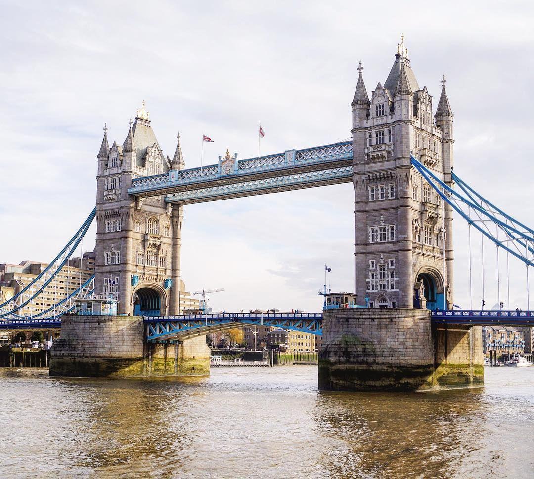 ロンドン旅行  Day 2 : タワーブリッジ  テムズ川に架かる橋タワーブリッジ 船が通るために橋が開くときもあるみたい  #タワーブリッジ  #towerbridge  #toweroflondon  #テムズ川  #riverthames  #towerhill  #london #ロンドン  #イギリス  #uk  #unitedkingdom by kurachi.yuki