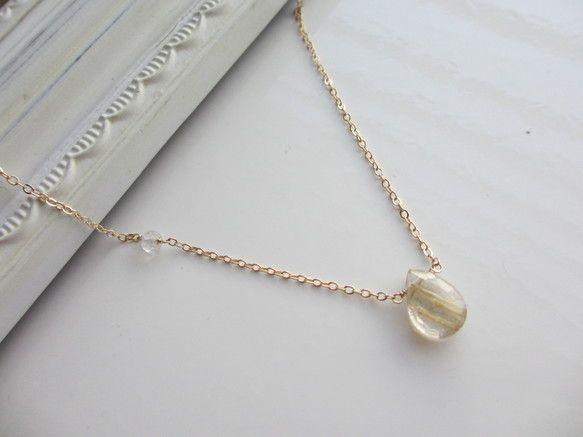 鮮やかなゴールドカラーの針を含むルチルクォーツです。ルチルクォーツはクリスタルの内部に針状のルチルが入った石で和名を針水晶といいます。ルチルは自然にできたイン...|ハンドメイド、手作り、手仕事品の通販・販売・購入ならCreema。