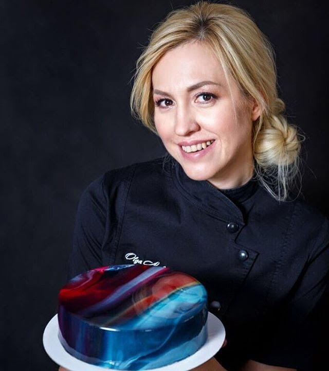 Los rusos están poniendo la repostería de cabeza! esta vez es Olga Noskova con sus tartas espejo y seguro pensarás, esta no es mas que mi cubierta de gelatina de siempre, y quizás no estás equivoca…