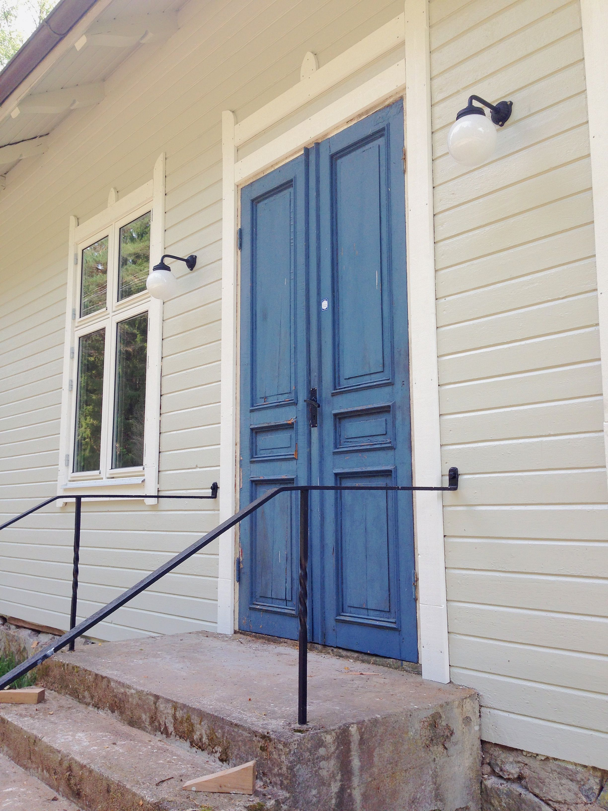 """Fasaden med ny utomhusbelysning och ett nytt lager färg. """"sandgrå ..."""