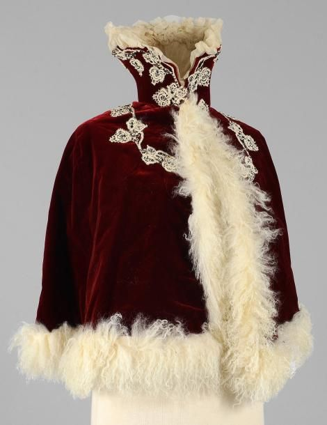 Turn of the century 1900s cape with a Medici collar. Red velvet and white embroidery/lace? and fur. Collet à col Médicis, vers 1900