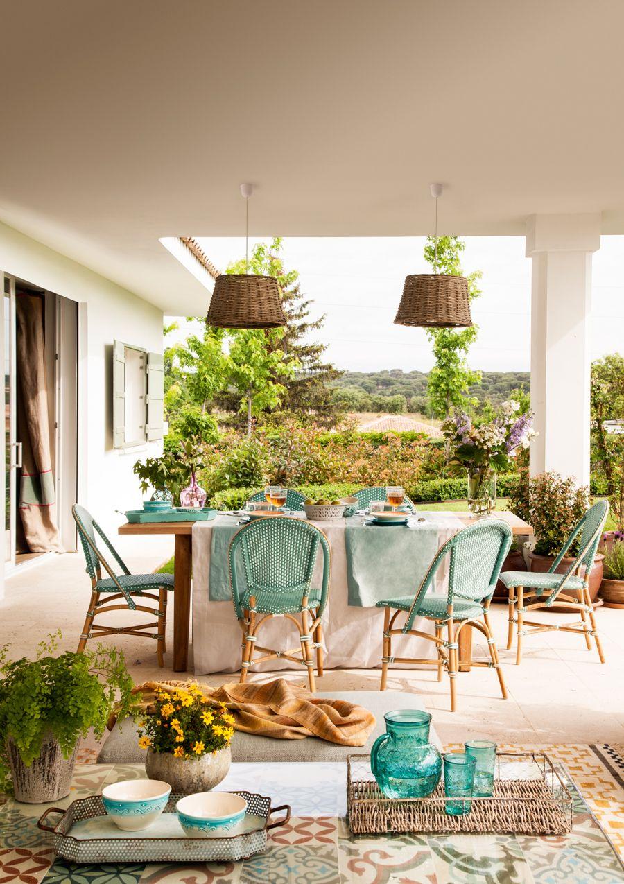 Porche con mesa de comedor y sillas y mesa de centro for Mesa porche