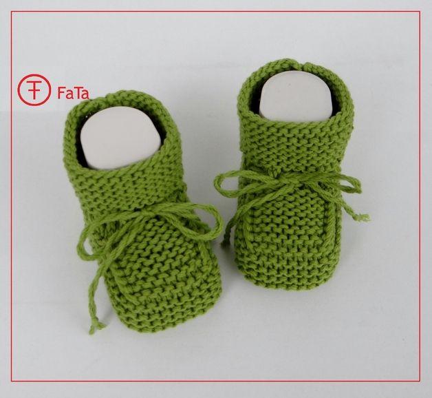 Wunderschöne weiche gestrickte Babyschühchen in saftig-grass-grün.   Aus ökologischer hautfreundlichen Baumwolle-Promix (Milchfaser)-Mischung.   Passen gleich gut sowohl zu Mädchen als auch zu...