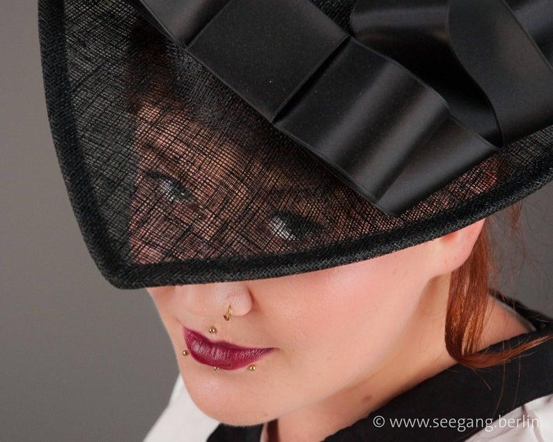 Schwarzer Haute Couture Fascinator. Sommerlicher luftig leichter Damenhut, Styling Idee für Hochzeitsgäste, zum Champagner Empfang im Freien #fascinatorstyles