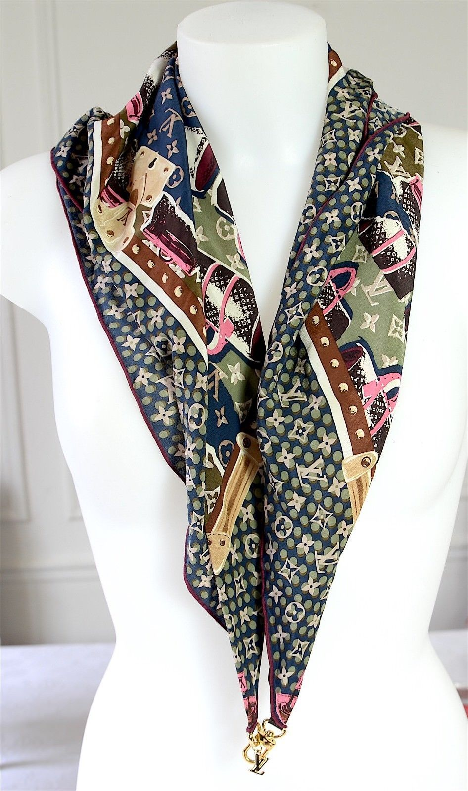 sortie en vente aspect esthétique tout neuf Détails sur Foulard carré en soie LOUIS VUITTON. Silk scarf ...