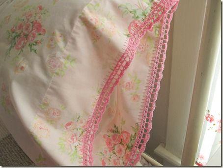 Borde de ganchillo en la almohada