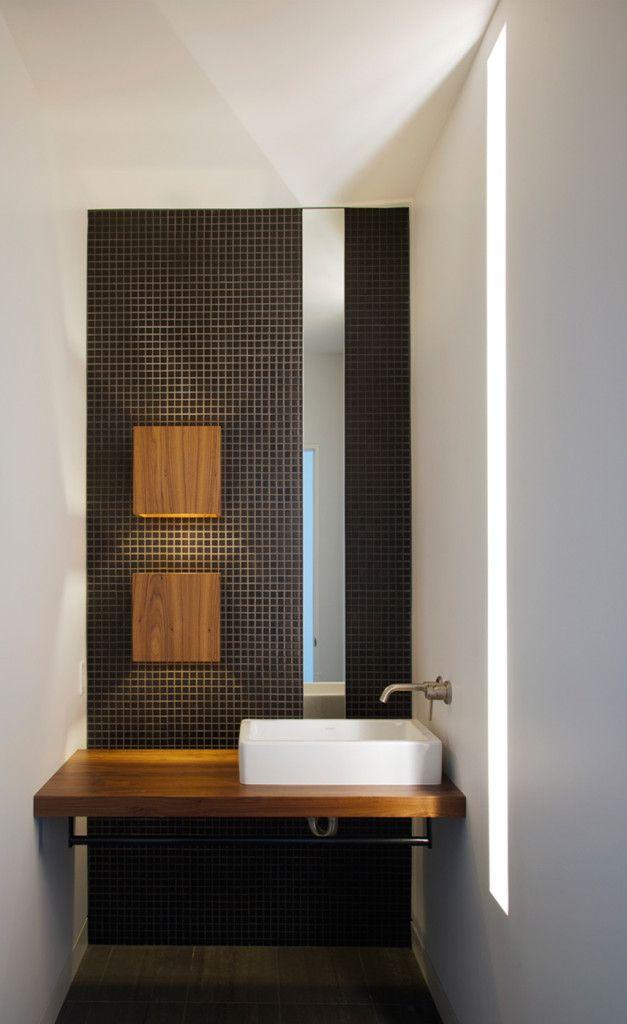 GroBartig Bad Modern Gestalten Mit Licht_schlanke Fensterschlitze Im Bad Und Moderne  Wandleuchten Mit Holzlampenschirm Für Beleuchtung Im Bad